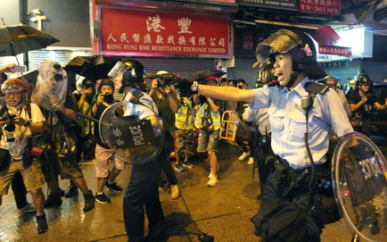 Cảnh sát đẩy lùi dòng người biểu tình, cuộc tuần hành tuần thứ 12 ở Hồng Kông kết thúc