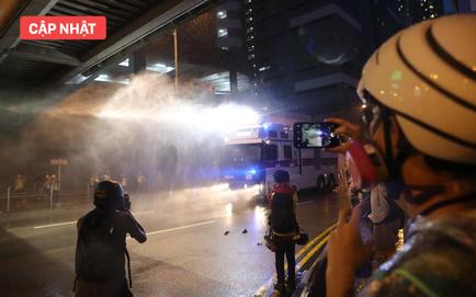 NÓNG: Cảnh sát nổ súng cảnh cáo, người biểu tình Hồng Kông dựng rào chắn trên đường