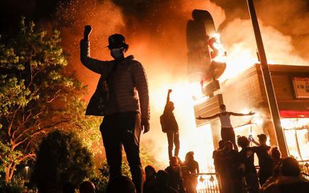 """Thấy lời nhưng không thấy mặt: Động thái mới nhất của TT Trump trong ngày nước Mỹ sục sôi, """"đỏ lửa"""""""