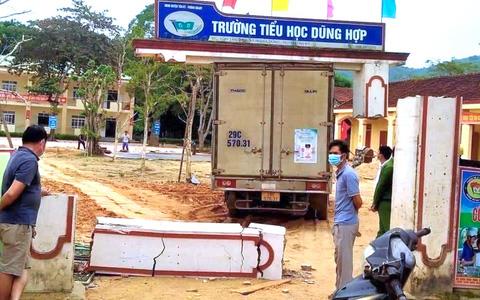 Xe tải chở sữa đâm sập cổng trường tiểu học, một phần cổng lơ lửng trên thùng xe
