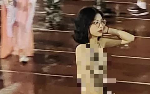 Nữ sinh gây choáng khi ăn mặc 'hớ hênh' đến trường, dân mạng giật mình: Không ổn chút nào