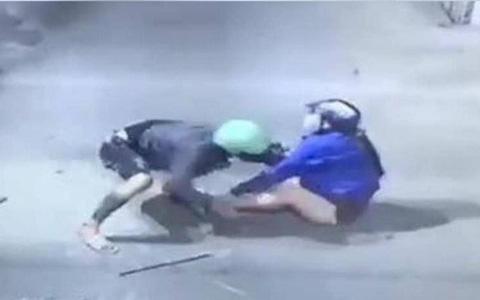 2 thanh niên dùng bình xịt hơi cay khống chế phụ nữ, cướp tài sản táo tợn ở Sài Gòn