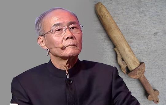 Người đàn ông mang thanh kiếm gỗ đào trong mộ tổ đi thẩm định, chuyên gia biến sắc mặt: Anh mau chôn lại đi!