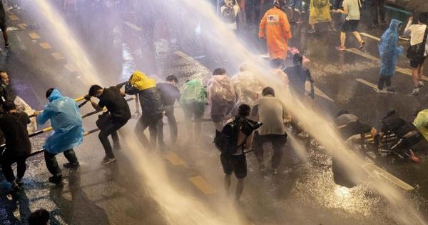 24h qua ảnh: Người biểu tình Thái Lan chống chọi với vòi rồng cảnh sát