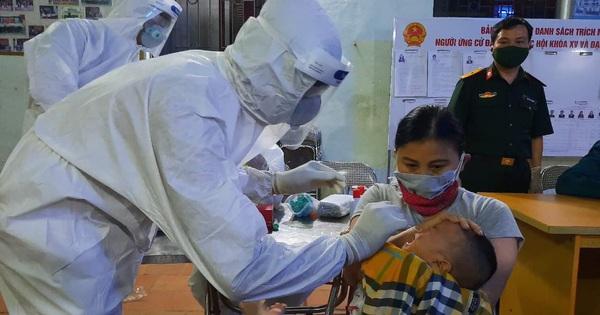 """Bên trong """"sào huyệt"""" tâm dịch Bắc Ninh: Nhân viên lấy mẫu xét nghiệm không dám uống nước vì không thể đi vệ sinh"""
