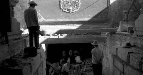 Mở nắp quan tài mà không lường trước, chuyên gia khảo cổ nôn thốc nôn tháo: Điều bất ngờ nằm ngay phía dưới quan tài