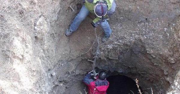 Phát hiện ngôi mộ cổ trong hang đất, chuyên gia tức tốc tìm đến nhưng bốn chữ trong mộ khiến họ 'sôi máu'