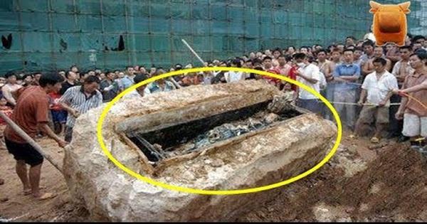 Công nhân xây dựng bất ngờ đào được cỗ quan tài, khi khiêng nó lên ai nấy đều thất kinh vì 'dòng chữ máu' khắc trên đó