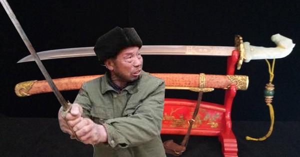 Mang thanh kiếm đi kiểm định, được vận động giao nộp cho nhà nước, người nông dân làm một điều khiến cộng đồng phẫn nộ!