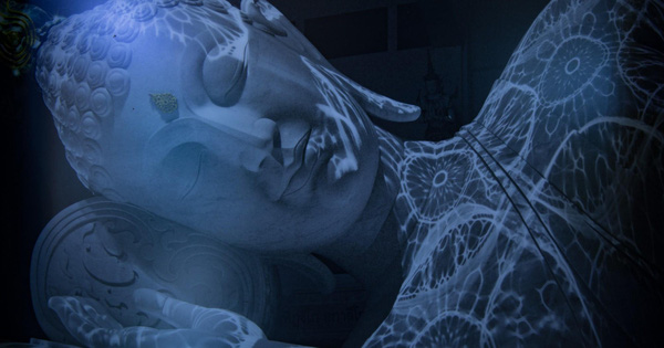 """Tượng Phật """"đổi màu"""" ẩn mình trong núi sâu: Ban ngày màu trắng như tuyết, đến đêm chuyển màu xanh lam"""