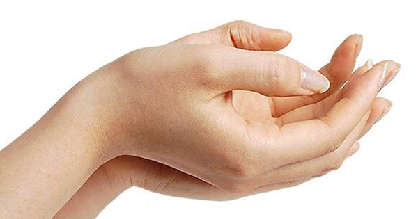 Ngón tay tự nhiên co giật, có đáng lo?