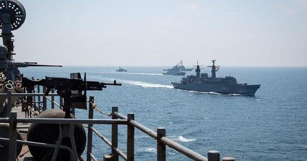 Nga cứng rắn chặn tàu chiến NATO tiếp cận bờ biển phía tây Crimea