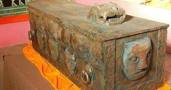 Quan tài bằng đồng nghìn năm tuổi vừa được tìm thấy, chính quyền địa phương đã làm điều khiến chuyên gia 'rất sốc'!