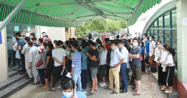 Hàng nghìn người chen lấn làm mẫu xét nghiệm COVID-19 tại Hà Nội: Lãnh đạo lý giải gì?