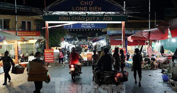 Chợ đêm Long Biên tập nập trước giờ Hà Nội cách ly chống dịch COVID-19