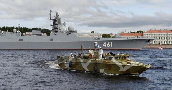 Tàu chiến, tàu ngầm hạt nhân Nga phô diễn sức mạnh trong Ngày Hải quân