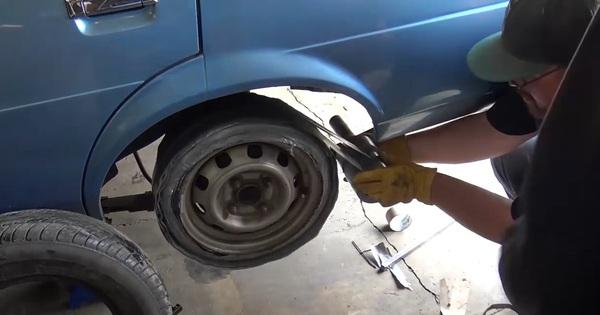 Kinh ngạc cảnh thay lốp ô tô bằng băng dính - chuyện gì sẽ xảy ra?