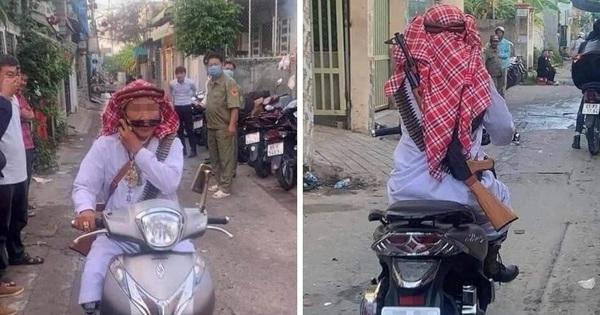 Thực hư bức ảnh dân quân ngơ ngác nhìn người đàn ông cải trang đạo Hồi, đeo súng chạy xe rồi 'khoe' qua chốt lên mạng