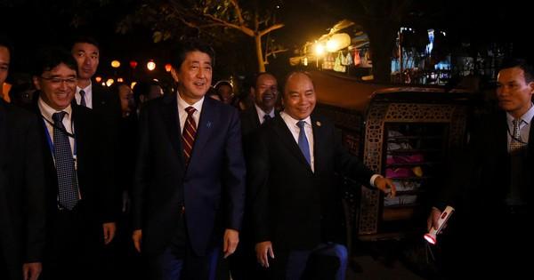 """Thủ tướng Việt Nam, Nhật Bản tản bộ ở Hội An, tham quan """"thuyền hữu nghị"""""""