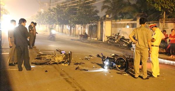 Cảnh sát truy tìm ô tô đâm 2 người đi xe máy rồi bỏ trốn trong đêm