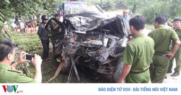 Ô tô 7 chỗ tông vào tường bẹp dúm, 4 người người thương vong