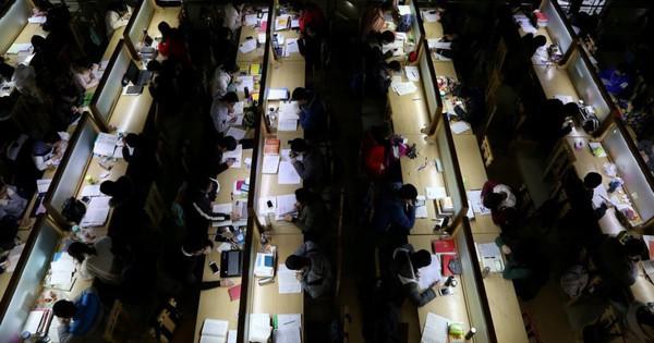 24h qua ảnh: Sinh viên Trung Quốc miệt mài luyện thi trong thư viện