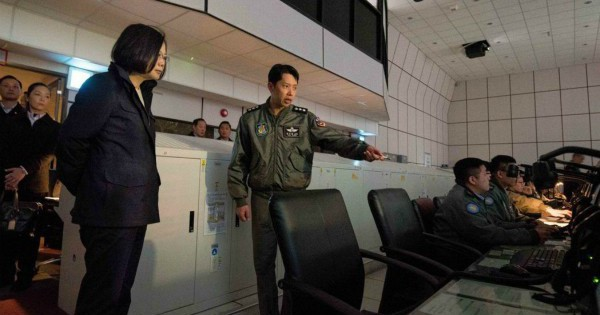"""Đáp trả PLA tuần tra quanh đảo: Quân đội Đài Loan bối rối vì """"ông nói gà, bà nói vịt"""""""