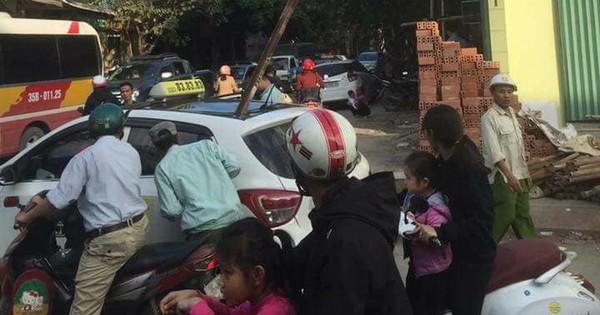 Thanh sắt rơi xuyên thủng nóc xe taxi, một người tử vong thương tâm