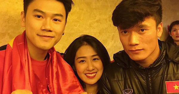 Vợ chồng Trang Lou – Tùng Sơn khoe hình rạng rỡ chụp chung với U23 Việt Nam