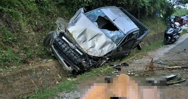 Hai cán bộ công an thương vong khi xe bán tải đâm vào vách núi