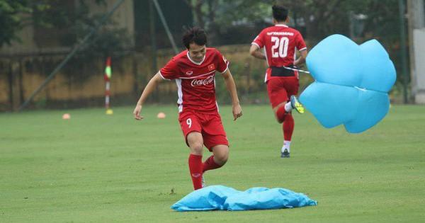 Văn Toàn gặp sự cố hài hước trong buổi tập của đội tuyển Việt Nam