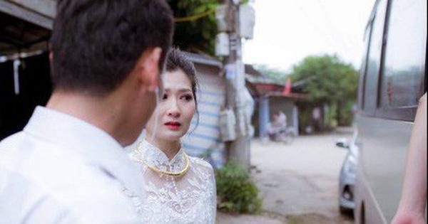 """Phía sau bức ảnh cô dâu lau nước mắt chào người thân về nhà chồng: """"Mẹ mình bị ung thư, từ giờ ai sẽ đưa mẹ đi viện…"""""""