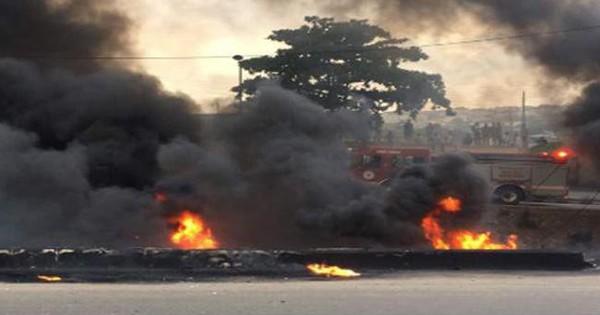 """Mải """"hôi của"""" khi xe bồn chở dầu gặp nạn, 50 người chết cháy, 100 người bỏng nặng"""