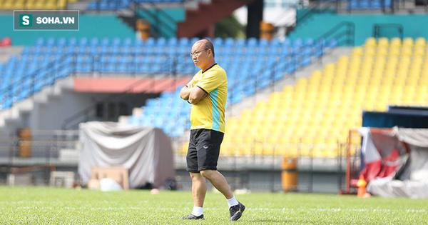Thầy Park trầm ngâm, sao VN thi nhau bổ sung nước vì thời tiết nắng nóng ở Malaysia