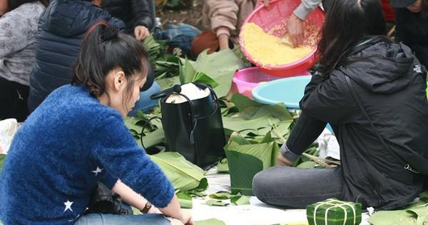 Cựu học sinh Hà Nội đỏ lửa nấu bánh chưng tặng người nghèo