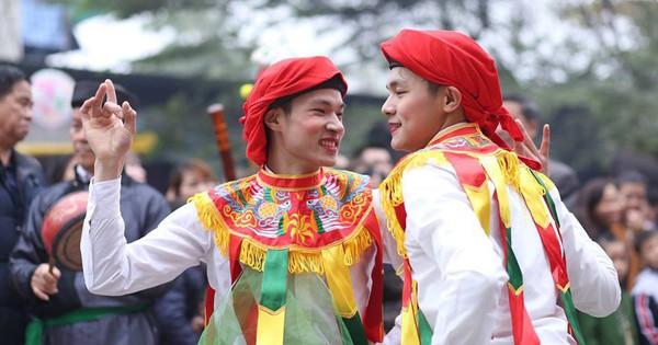 Các thanh niên làng Triều Khúc hóa trang thành nữ trong điệu múa đặc biệt
