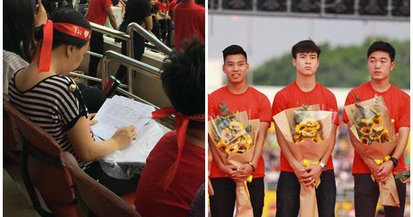 Cô giáo vừa chấm bài vừa tham gia giao lưu cùng đội tuyển U23 Việt Nam