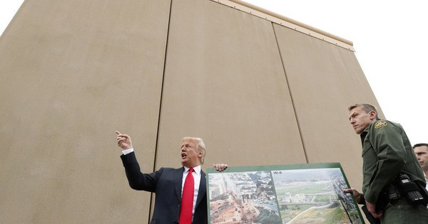 Tổng thống Trump đi thị sát mẫu tường biên giới ngăn Mỹ-Mexico
