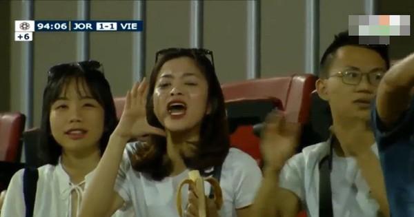 Vừa ăn chuối vừa cổ vũ, đây là cô gái được chú ý nhất trong trận đấu Việt Nam – Jordan