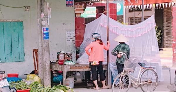 Hải Phòng: Người phụ nữ mắc màn bán thịt lợn ở giữa chợ gây chú ý
