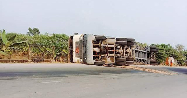 Xe container ôm cua lật ngang đường, người dân phá cửa cứu tài xế