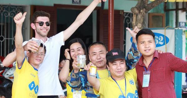 CĐV nước ngoài khoác vai, hát hò cùng khán giả Thanh Hóa trước trận tiếp SLNA