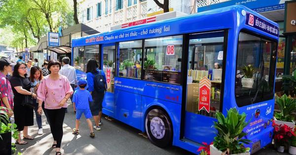 Mô hình xe buýt sách đầu tiên tại TPHCM đi vào phục vụ người dân