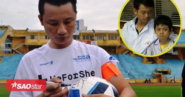 Hoàng Bách tặng tiền, bán đấu giá áo có chữ ký U23 VN ủng hộ 2 bố con bị ung thư máu
