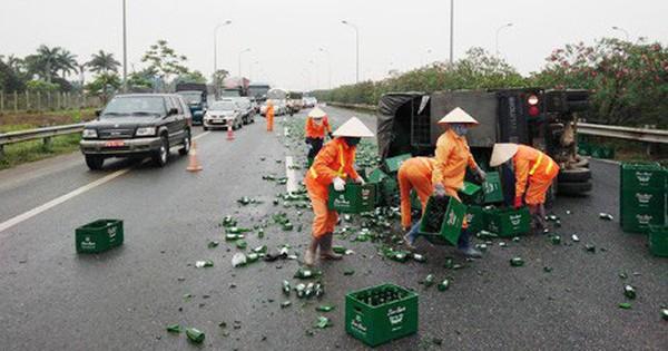 Xe tải chở bia lật trên đường Thăng Long, tài xế phải đi cấp cứu