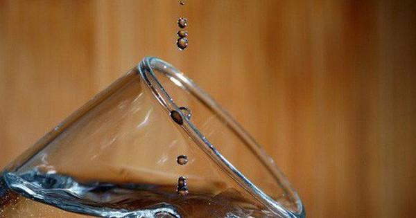 Hóa ra thứ chúng ta uống hàng ngày lại là chất lỏng kì quặc nhất vũ trụ