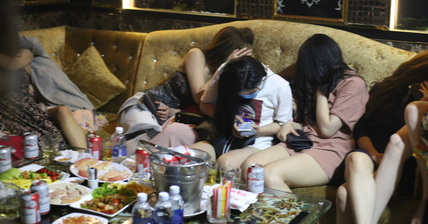 Hàng chục tiếp viên mặc đồ khiêu gợi tiếp khách trong nhà hàng ở Sài Gòn