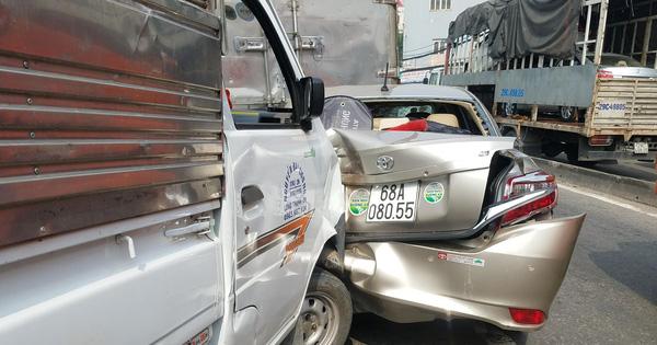 5 ô tô tông liên hoàn trên quốc lộ 1A, giao thông tê liệt nhiều giờ