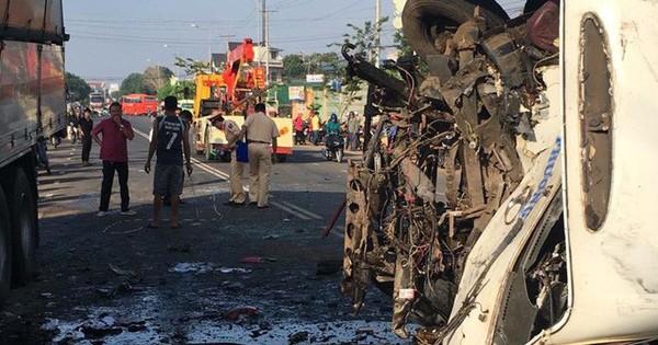 Hiện trường vụ ô tô khách và xe tải lao vào nhau khiến 1 người chết, 9 người bị thương