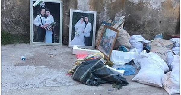 Hai bức ảnh cưới còn rất mới bị vứt chỏng chơ ngay cạnh chỗ để rác khiến dân mạng xôn xao